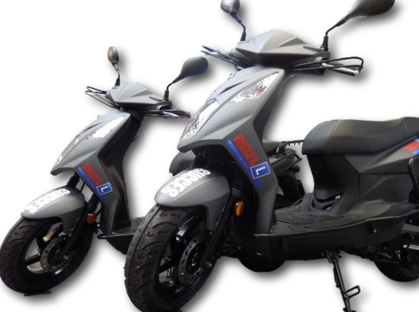Beide scooters van verkeersschool succes, waarop wij bromfiets rijles geven